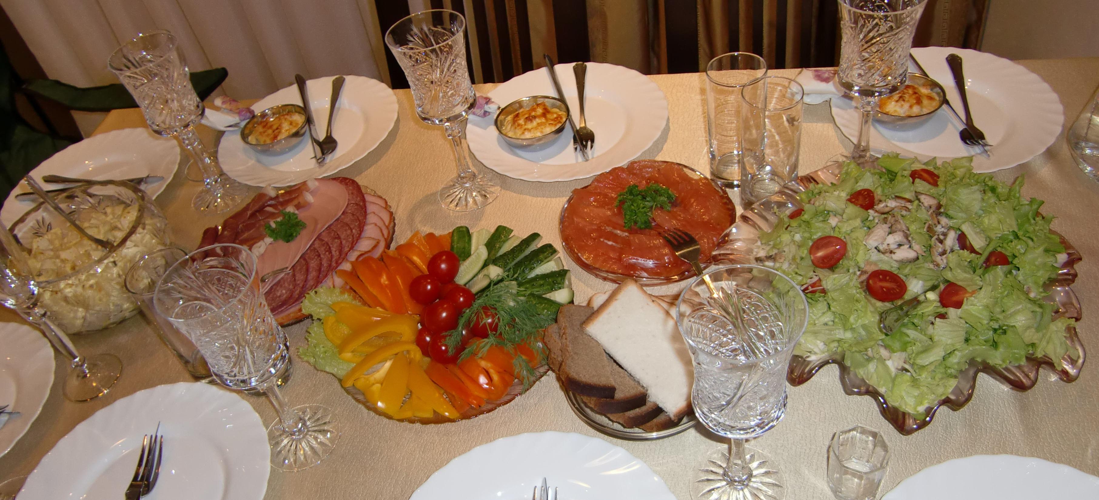 Dekket bord med salater