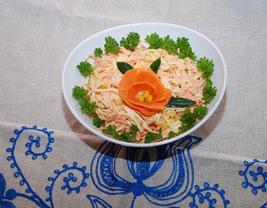 Salat med gulerøtter og revet ost