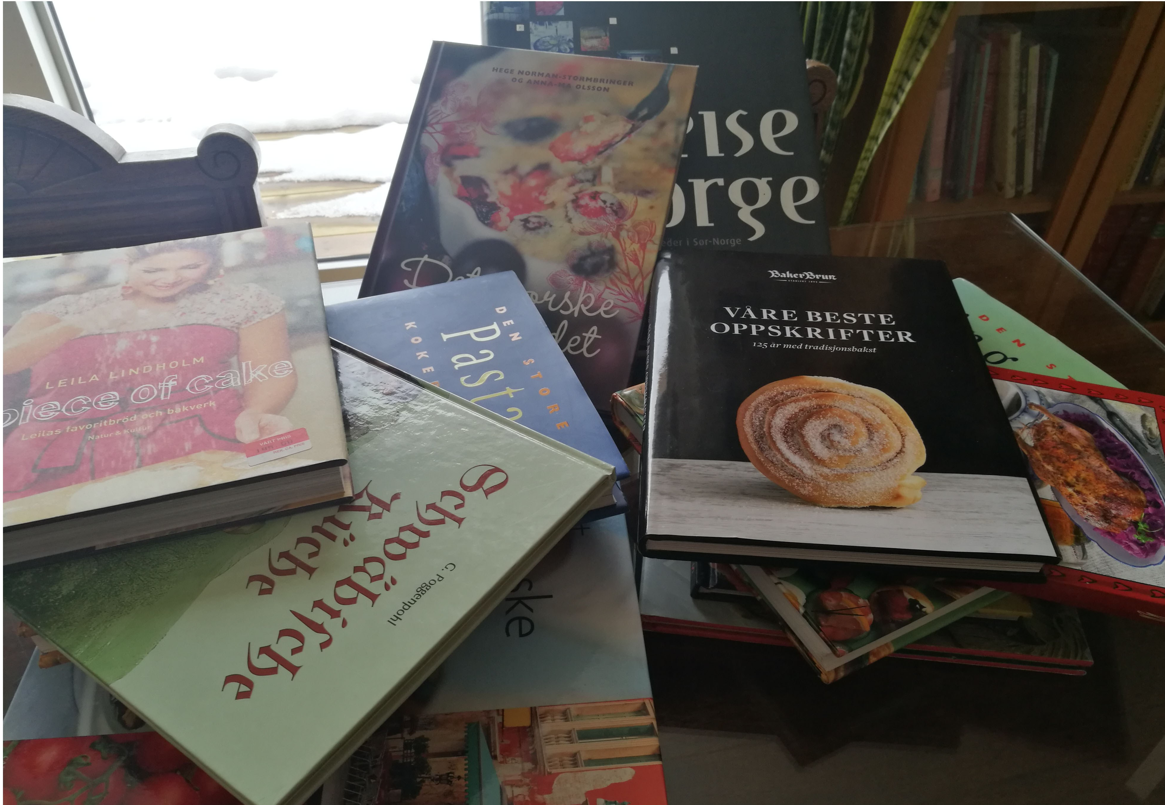 Jeg har litt av en jobb foran meg med å velge kokebok til utfordringen. - Hvilken kokebok skal jeg velge?