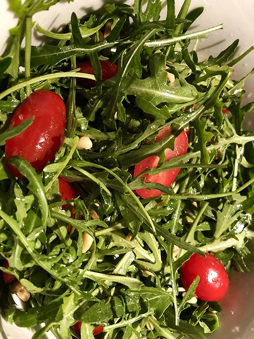 Rucculasalat med tomat og pinjenøtter