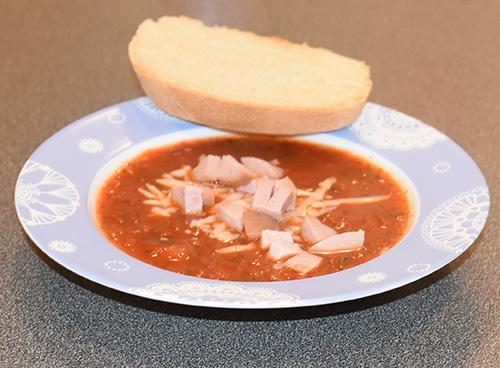 Tomatsuppe med pølse, revet ost og brød