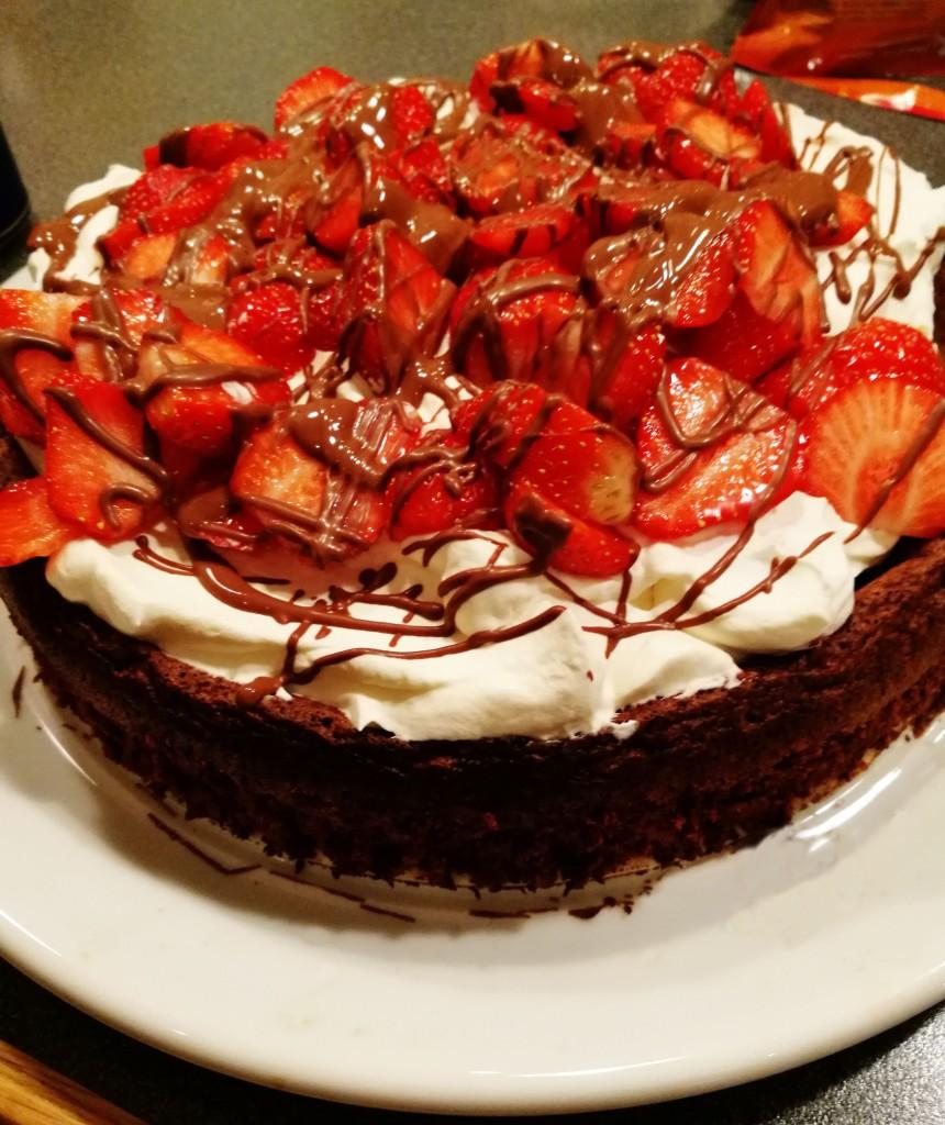 Myk sjokoladekake med krem og jordbær til Valentinsdagen