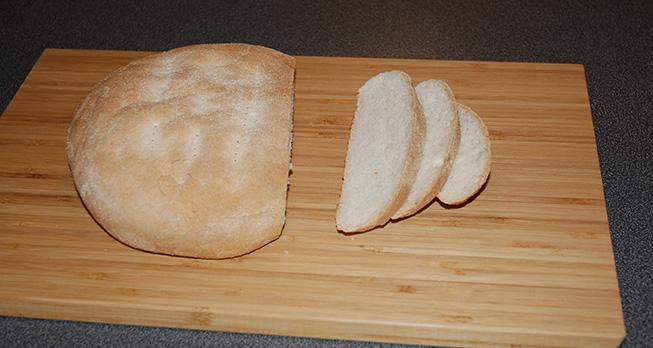 I går bakte jeg brød med semulegryn. Det er nok et av de beste brødene i min bakebok. Dette brødet er enkelt å lage. Det smaker utrolig godt. Det er et flott frokost- og matpakkebrød, for det smaker utrolig godt med pålegg. Passer utmerket til gryteretter, pasta og ikke minst mat fra midtøsten som for eksempel Tagine med kalkun.