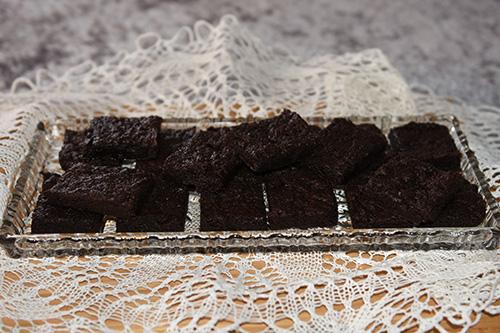 150 g Smør (smeltet, og avkjølt) 4 ss Kakaopulver 1 ½ dl Hvetemel 1 ½ ts Vaniljesukker 3 dl Sukker ½ ts Salt 2 Egg