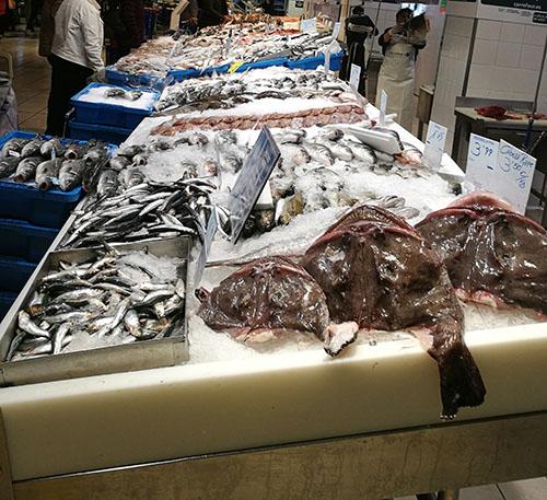 Fersk fisk i nærbutikken på hjørne