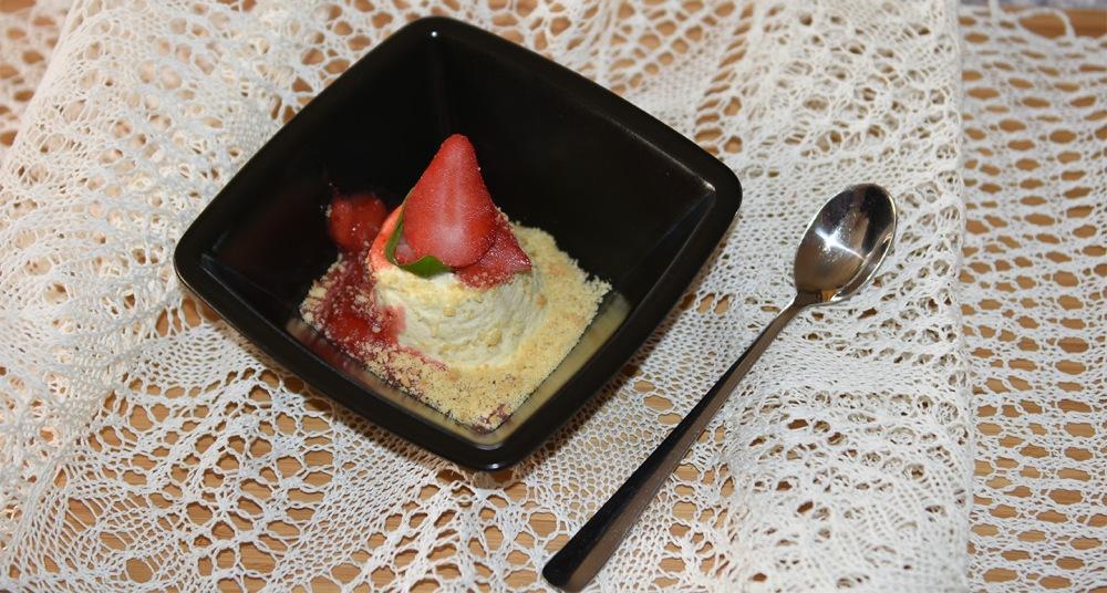 4 Egg (store, delte) 1 ½ - 2 dl Sukker 200 g Mascarpone (ost) 4 dl Fløte 100 g Kjekssmuler (for eksempel glasurpletter) 300 g Bær (renskede) Bær og kjekssmuler til pynt