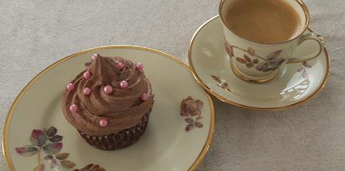 sjokolademuffins med topping og rosa kuler