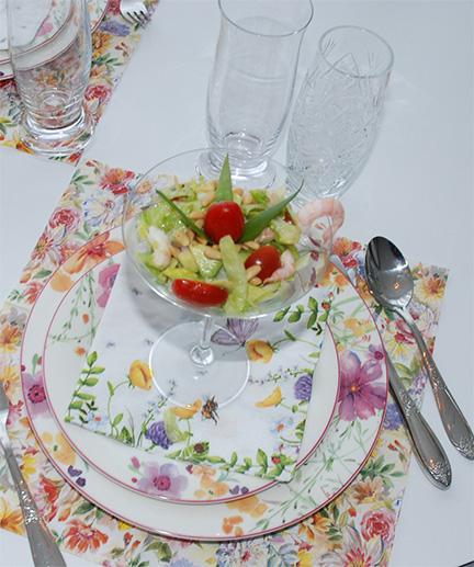 Vårsalat med reker. Trenger du inspirasjon til lett og enkelt måltid, kan du lage denne friske salaten med reker. Vårgrønn avokado, fargerike cherrytomater, crispy isbergsalat blandet sammen med reker og pinjekjerner, blir til en frisk og delikat salat.