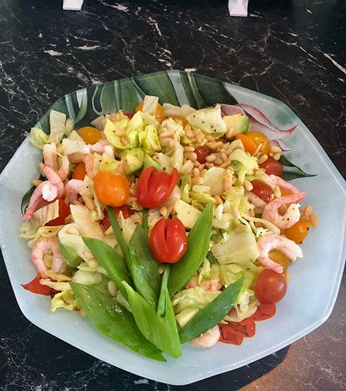 Vårsalat med reker Trenger du inspirasjon til lett og enkelt måltid, kan du lage denne friske salaten med reker. Vårgrønn avokado, fargerike cherrytomater, crispy isbergsalat blandet sammen med reker og pinjekjerner, blir til en frisk og delikat salat.