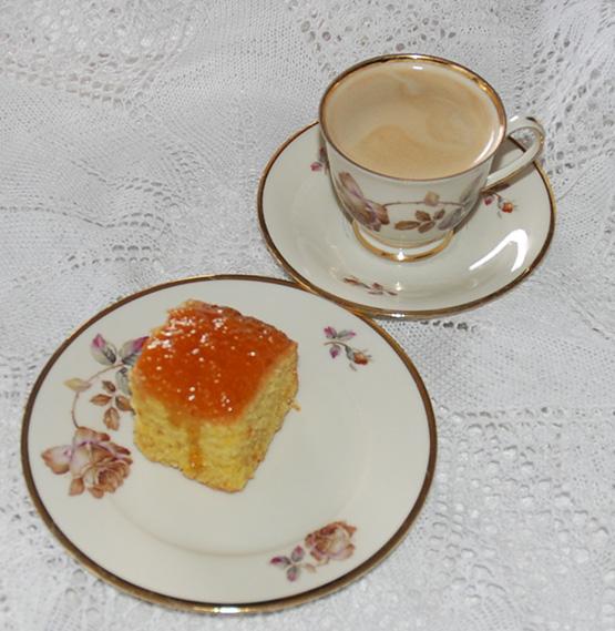 Appelsinkake med semule og kokos 5 Egg 175 g Sukker 160 g Semulegryn 90 g Kokos 3 ts Bakepulver 150 g Hvetemel 1 ts Vaniljeekstrakt (1 ss vaniljesukker) 2 ss Appelsinskall (revet) 250 g Margarin, smeltet og avkjølt i 10 minutter