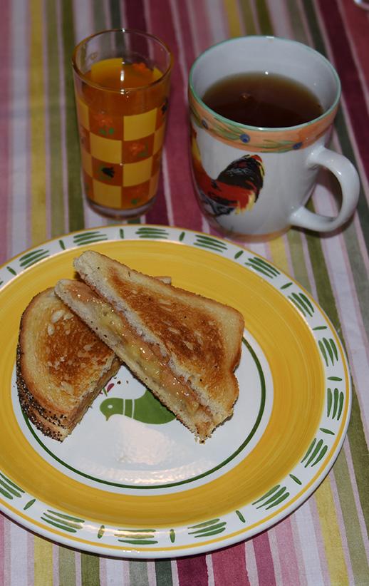 Banan og peanøtt toastie med te ½ Banan 1 ss Peanøttsmør 2 skiver Brød (lyst) 1 ss Smør 1 Smør en brødskive med peanøttsmør 2 Mos ½ banan på den andre brødskiva 3 Legg brødskivene sammen 4 Smør brødskivene på yttersiden 5 Stekes middels varme til gylden, Snu og stek den andre siden 6 Serveres varm eller lunken
