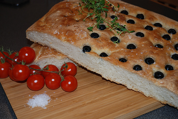 1 ½ l Hvetemel (900g) 1 pk Gjær 7 ½ dl Vann (fingervarmt) 1 ts Salt 1-2 ts Sukker 3 ss Olivenolje Flaksalt, oliven, olivenolje