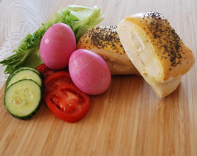 Frokostrundstykker Ingredienser: 8 dl Hvetemel (jeg brukte nesten 10) 50 g Smør 1 pk Gjær 1 ts Sukker 1 ts Salt 2 dl Vann 2 dl Melk Egg, Valmuefrø