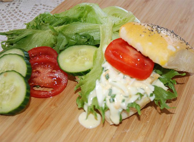 Frokostrundstykker Ingredienser: 8 dl Hvetemel  (jeg brukte nesten 10)  50 g Smør 1 pk Gjær  1 ts Sukker 1 ts Salt  2 dl Vann 2 dlMelk        Egg, Valmuefrø