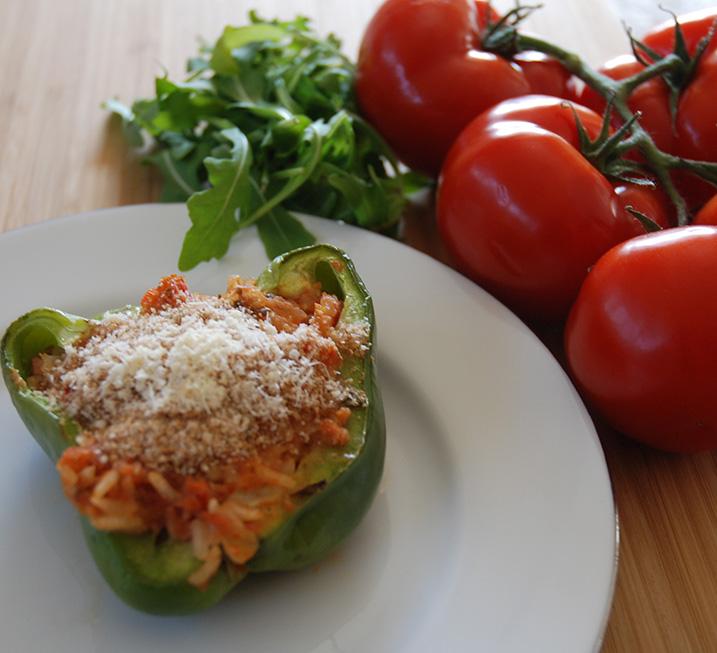 3 Paprika Ris (kokt) 1 ss Olje (oliven) ½ Løk (hakket) 1 Gulrot (hakket) 1 stilk Stangselleri (hakket) 1 fedd Hvitløk ¼ Chili (rød) 1 bx Tomater (hakket) 1 ss Persille (hakket) ½ ts Sukker 3 dl Grønnsakkraft ¼ ts Pepper 1 Mozzarella (raspet) 2 ss Brødrasp 2 ss Parmesan (raspet) Salt, pepper