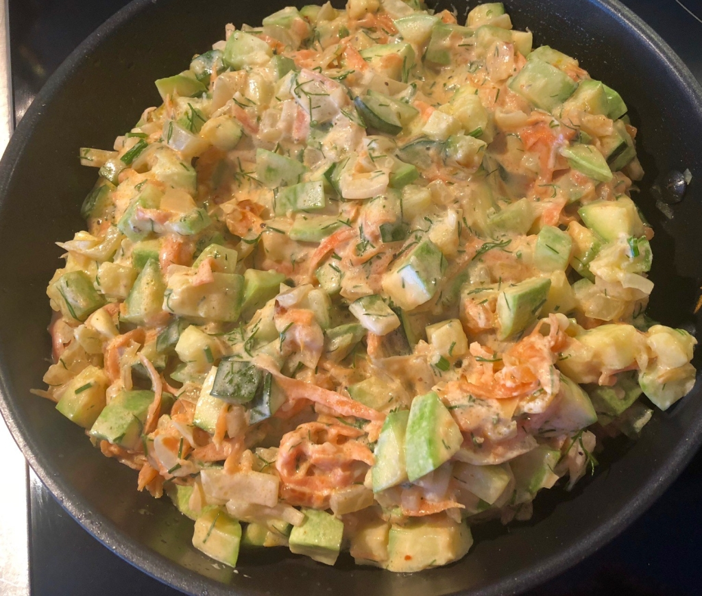 Lun squash salat Ingredienser 2-3 Squash (grønne eller hvite) 2 Gulrøtter 1- 2 Løk 1 -2 fedd Hvitløk (presset) 1 bunt Dill 1 boks Rømme 2 ss Tomatpure (eller ketchup) 3 ss Olje Salt og pepper