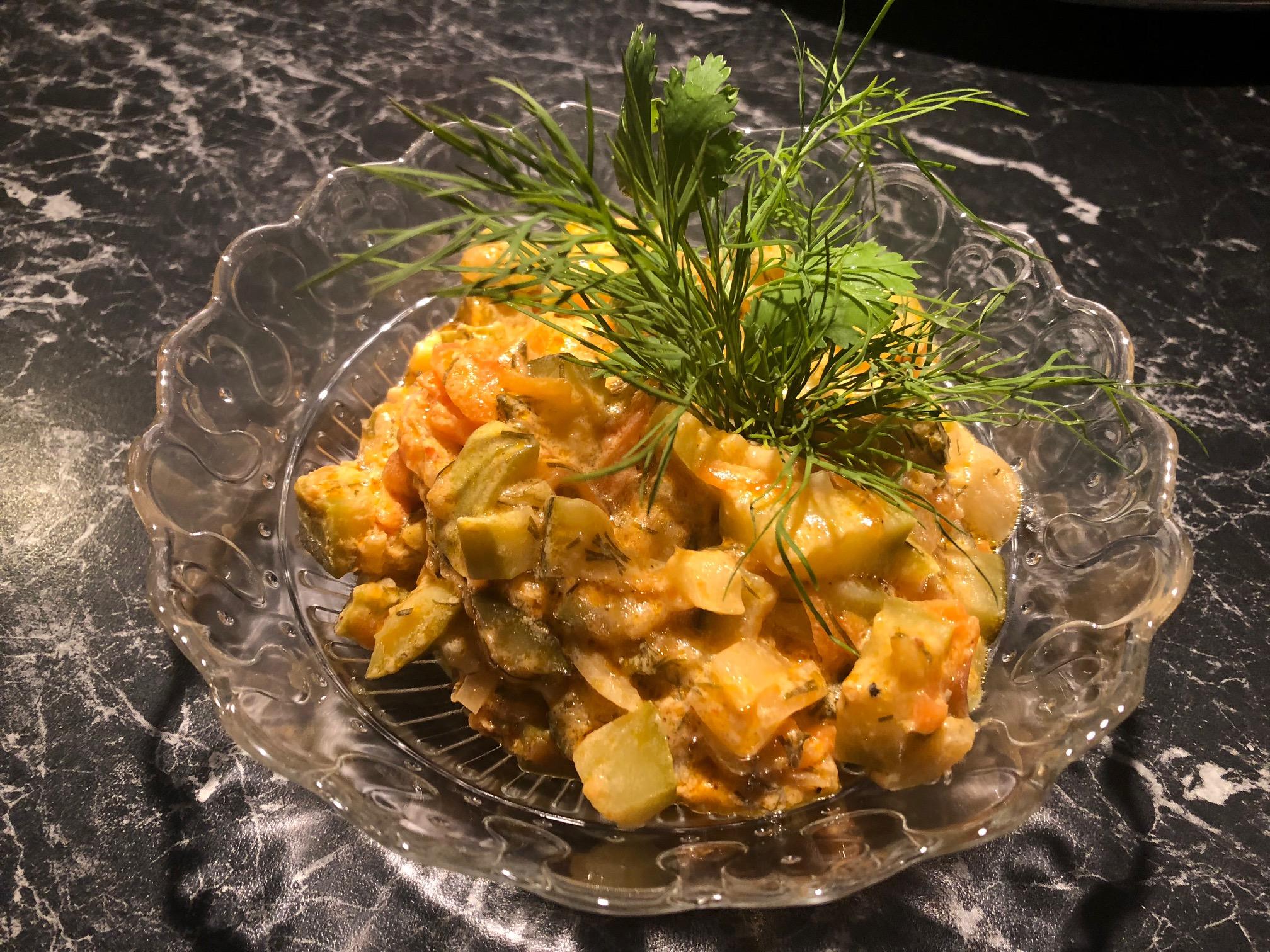 Lun squash salat  Ingredienser  2-3Squash (grønne eller hvite) 2 Gulrøtter  1- 2Løk 1 -2 feddHvitløk (presset) 1 buntDill 1 boksRømme 2 ssTomatpure (eller ketchup) 3 ss Olje Salt og pepper