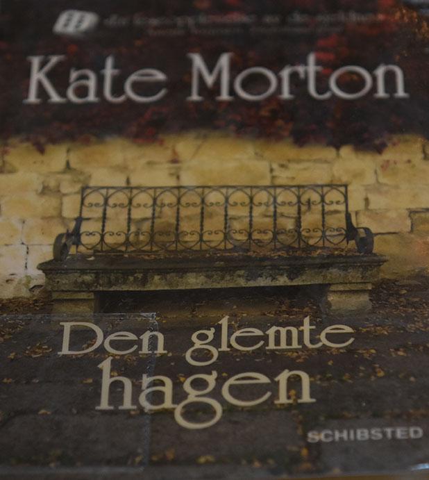 Nå har jeg endelig lest «Den glemte hagen» av Kate Morton, som er utgitt på Schisted forlag i 2011. Boka har nesten 600, men det gikk i en fei. Det må jo bety at boka er både velskrevet, lett lest og fengende. Boka begynner i London, 1913. Ei navnløs lita jente, som benevnes den lille piken, sitter gjemt (på en båt) og venter på noen, som mest sannsynlig ikke kommer. «Det var mørkt der hun satt sammenkrøpet, men den lille piken gjorde som hun var blitt bedt om. Damen hadde sagt hun skulle vente. Det var ikke trygt endå, og de måtte være stille som mus. Det var enn lek, akkurat som gjemsel. … Hun skulle ikke fortelle noe hva hun het. Det var en lek de lekte, hun og damen». Vi følger den Lille piken til Australia, hvor hun blir funnet på kaia, sittende på kofferten sin. Hvem er hun? Det er et mysterium.