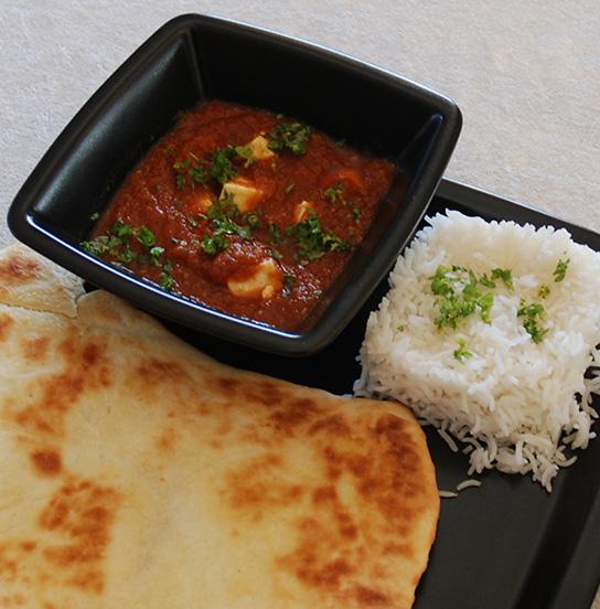 Paneer butter masala med ris og nanbrød 3 ss Smør 300 g Paneer (i firkanter) 1 - 3 Chili (rød) 3 cm Ingefær (fersk) 1 Hvitløk (kinesisk) 1 Laurbærblad 3 Nellikspiker 2 Kardemommekapsler 1 Kanelstang 10 Pepperkorn 1 Løk (hakket) 1 bx Tomater (hermetiske) 2 Tomater (ferske) 1 ts Garam masala ½ ts Gurkemeie ½ -1 ts Kajennepepper 1 ½ ss Ketchup 2 dl Vann 3 ss Fløte Salt