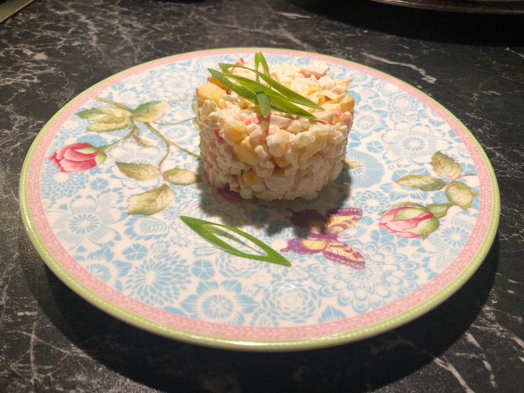 Salat med ris, crabsticks og mais Салат с крабовыми палочками, рисом и кукурузой 200 gr Kokt ris 1 pakke Crabsticks 1 boks Mais 1 Løk 2 -3 Egg (Hardkokte) 3 ss Majones (jeg bruker Hellmanns)