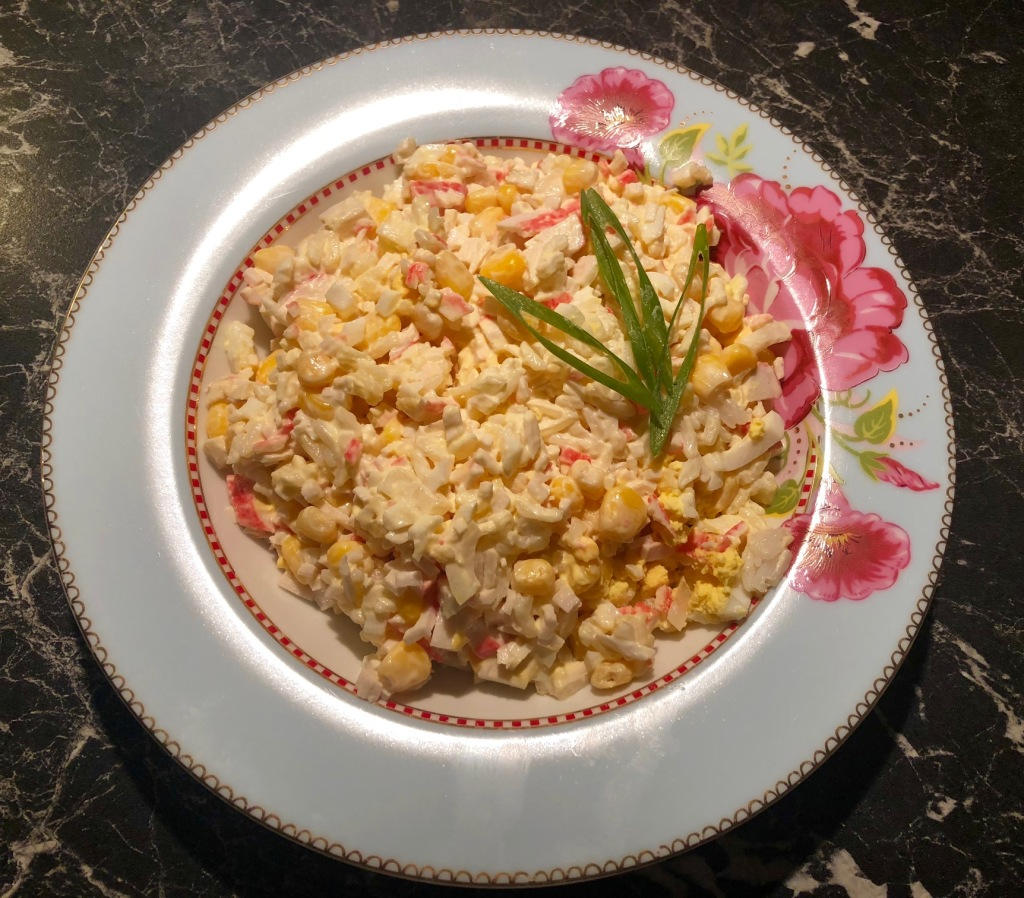 Salat med ris,crabsticks og mais Салат с крабовыми палочками, рисом и кукурузой 200 gr Kokt ris 1 pakke Crabsticks 1 boks Mais 1 Løk 2 -3 Egg (Hardkokte) 3 ss Majones (jeg bruker Hellmanns)