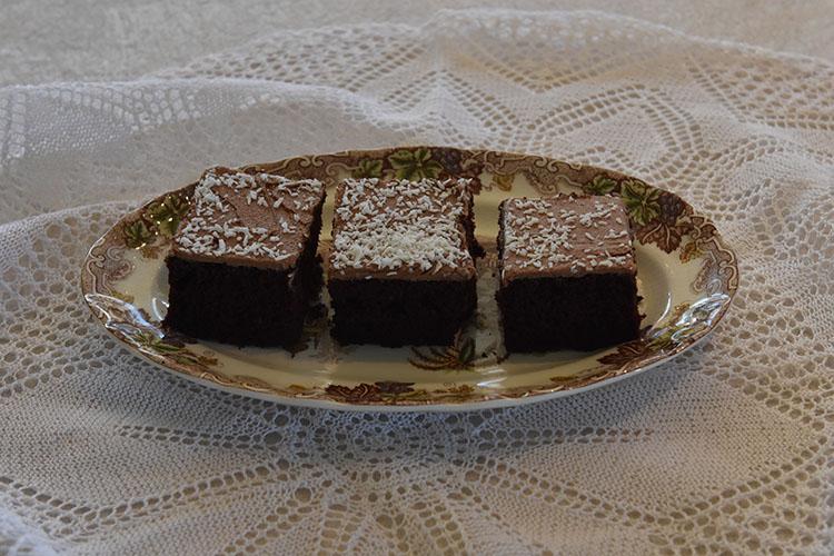 Sjokoladekake etter oppskrift fra Baker brun side 82-83 Ingredienser: 300 g Smør 3 ½ dl Vann 6 ss Kakao 3 Egg 3 dl Rømme (lett) 2 ts Natron 7 dl Sukker 7 dl Hvetemel 1 ts Salt GLASUR: 100 g Smør (romtemprert) 5 dl Melis 2 ss Kakaopulver 3 ss Kaffe Kokos