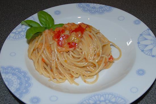 Spagetti med tomatsausSpagetti med tomatsaus Ingredienser: 1 ss Olje 1 ss Smør ½ Løk 1 Gulrot (liten) ¼ Purre 1 fedd Hvitløk ¼ Chili (rød, uten frø) 1/2 bx Tomater (hermetiske) 1 Tomat (fersk) 4 dl Grønsakskraft (buljong) ¼ Purreløk ½ Paprika 1 ss Persille (hakket) 1 ts Paprikapulver ¼ ts Sukker ½ -1 dl Fløte 300-400 g Spagetti Salt, pepper Basilikum (hakket) Parmesan (raspet)