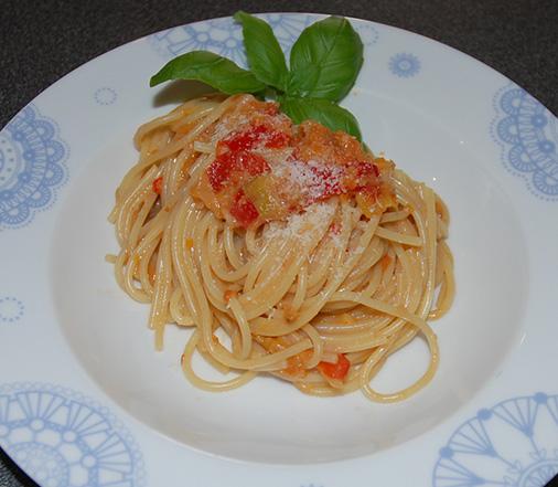 Spagetti med tomatsaus Ingredienser: 1 ss Olje 1 ss Smør ½ Løk 1 Gulrot (liten) ¼ Purre 1 fedd Hvitløk ¼ Chili (rød, uten frø) 1/2 bx Tomater (hermetiske) 1 Tomat (fersk) 4 dl Grønsakskraft (buljong) ¼ Purreløk ½ Paprika 1 ss Persille (hakket) 1 ts Paprikapulver ¼ ts Sukker ½ -1 dl Fløte 300-400 g Spagetti Salt, pepper Basilikum (hakket) Parmesan (raspet)