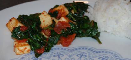 3 ss Olje 200 g Paneer (i terninger) 3 Tomater (i biter) 1 ts Kummin 1 ½ ts Kajennepepper 1 ts Salt 400 g Spinat Ris