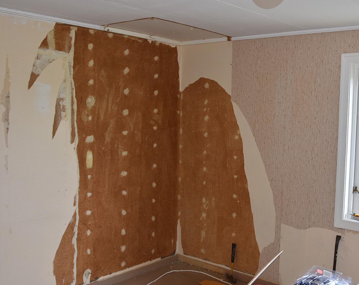 Vi avsluttet 17-mai helga, med å renske soverommet vårt for alt; rev ned skap, gammel tapet og ikke minst kastet ut veggtilveggteppet. Rommet har stått uforandret siden begynnelsen på 70-tallet, så det var på tide å gjøre noe. Siden huset er bygd av min svigerfar på 50-tallet, er tanken å forsøke å beholde litt av den tidsepoken da det ble bygd, samtidig som vi også gjør rommet mer sommerhusaktig. Hvordan det går får vi se.