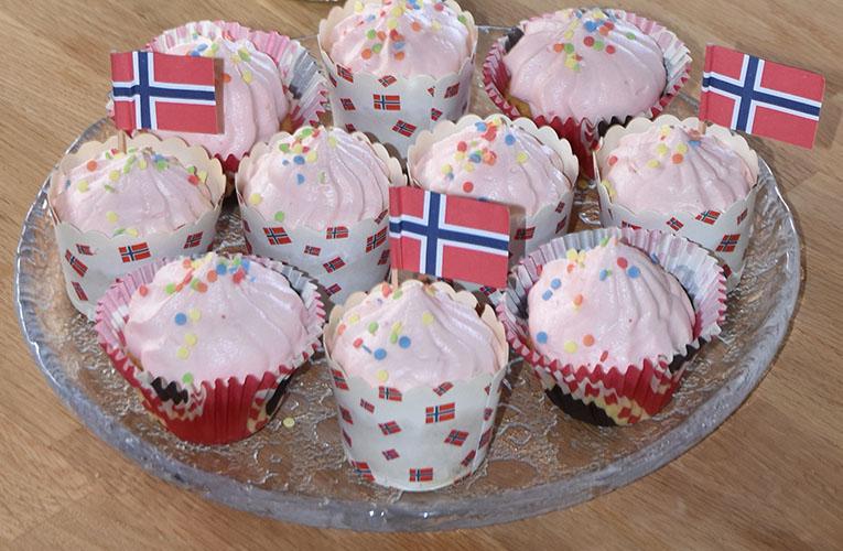 17-mai muffins med jorsbærmousse topping Ingredienser: 1½ dl Sukker 100 g Smør /margarin (smeltet) 2 Egg 2½ dl Hvetemel 1 ts Bakepulver 1 ts Vaniljesukker 1 dl Melk