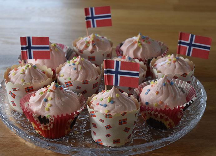 17-mai muffins med jorsbærmousse topping Ingredienser: 1½ dl Sukker   100 gSmør /margarin (smeltet) 2 Egg  2½ dl Hvetemel  1 tsBakepulver  1 tsVaniljesukker 1 dlMelk