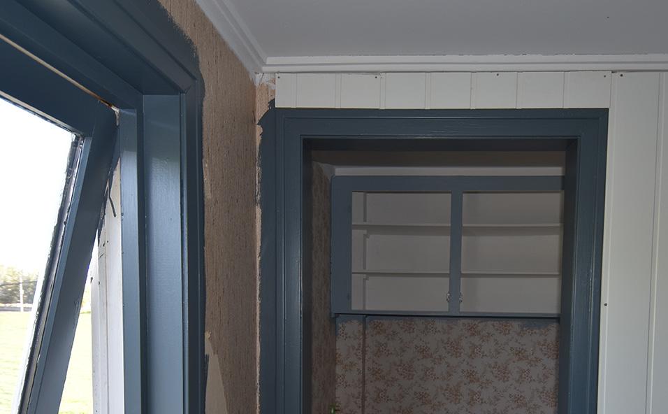 Oppussing soverom: er skummet å male alle lister mørk blå, når man er vant til at de skal være hvite! Enten blir dette kjempe fint, eller så får vi litt av en jobb med å male de hvite igjen!