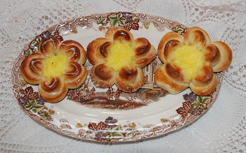 Tre maiblomster på et fat: Ingredienser bolledeig 1 l Hvetemel 1 pk Tørrgjær 1 dl Sukker 1ts Kardemomme 3,5 dl Melk 100 g Margarin