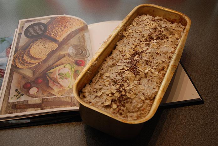 Baker Bruns kornbrød klar til å settes i ovnen  Ingredienser  85 gHelkorn av hvete ½ pkGjær 5 dlMelk (eller vann) 1 ssRapsolje   ½ tsSalt  70 gLinfrø 60 gSolsikkekjerner 70 gSesamfrø 60 gHavregryn 110 gSammalt hvete (fin) 50 gHavrekli 70 gSammalt rug (fin) 180 gHvetemel