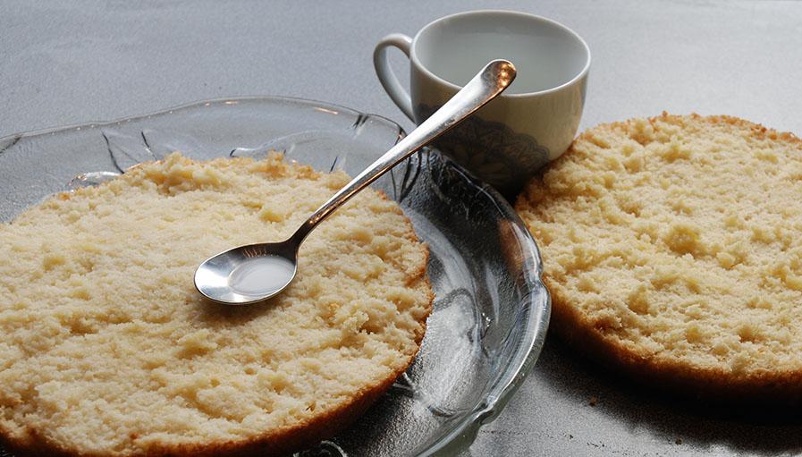 Favorittkake med tente bursdagslys Ingredienser 2 Egg 180 g Sukker 125 g Hvetemel 1 ½ ts Bakepulver 2 ts Vaniljesukker 1 dl Kokende vann