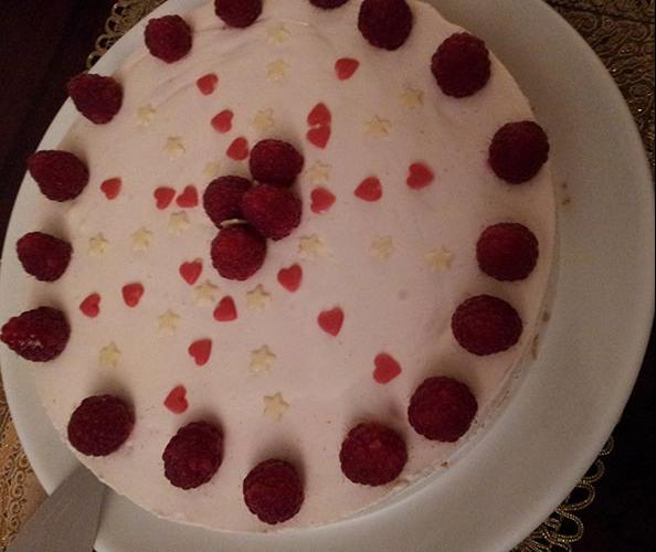 Bringebærostekake med pynt Ingredienser: Bunn: 225 g Kjeks (Digestive e.l.) 115 g Smør (smeltet) Ostekrem: 1 pk Bringebærgele (bruk halvparten av vannet som er oppgitt) Litt frosne bringebær, blåbær eller bjørnebær 1 bx Kremfløte 1bx Rømme 1bx Philadelphiaost el. 1 ts Vaniljesukker