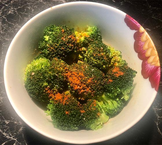 Brokkoli med hvitløk og sitron Ingredienser 1 Fersk brokkoli 1 fed Hvitløk 2 ss Olivenolje ½ Sitron (saft) 2 ss Paprika krydder 1 s Salt