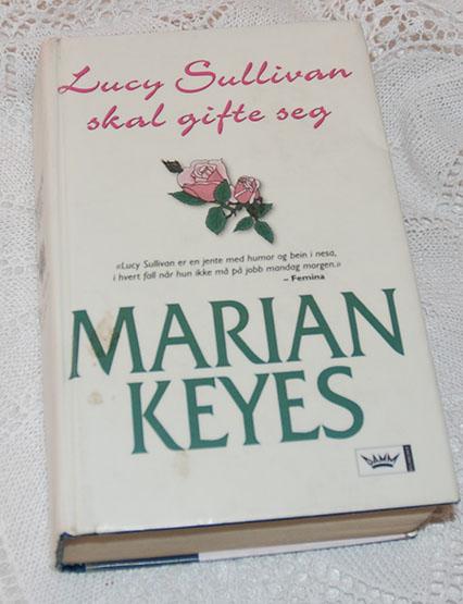 Keyes, Marian (2007) «Lucy Sullivan skal gifte seg». N.W.DAMM & søn