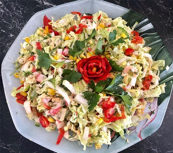 Salat med reker og crabsticks Ingredienser 1 Kinakål 1 Agurk 1 boks Mais 1 Paprika 2 Egg (hardkokte) 1 pakke Crabsticks (tint) 1 boks Reker (i lake) 1 bunt Vårløk 1 bunt Dill/persille
