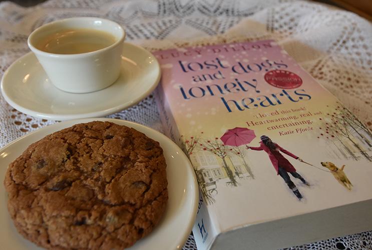 Lucy Dyllen (2009) «Lost Dogs and Lonely Hearts» Hodder & Stoughton og havrekjeks med sjokoladebiter