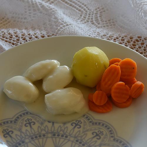 Fiskeboller i hvitsaus  Ingredienser: 8-10 Poteter  4Gulerøtter 1 pkFiskeboller 2 ss Hvetemel  4 dl Melk  ½ ts Salt  ½ ts Pepper  ½ - 1 ts Karri (valgfritt)
