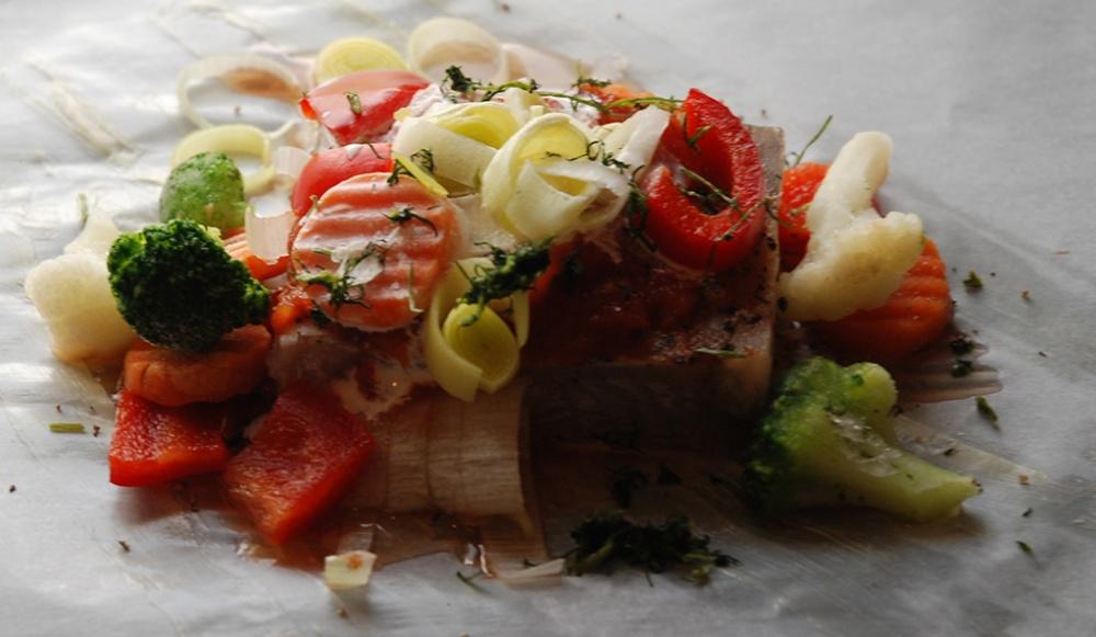 Innpakket sei Ingredienser: 600 g Seifilet (frosset blokk) 4 ss Smør (smeltet) 2 Tomater ½ Purre 1 Paprika Gulrot Blomkål Broccoli 4 ss Rømme Dill, persille Salt, pepper Sitron