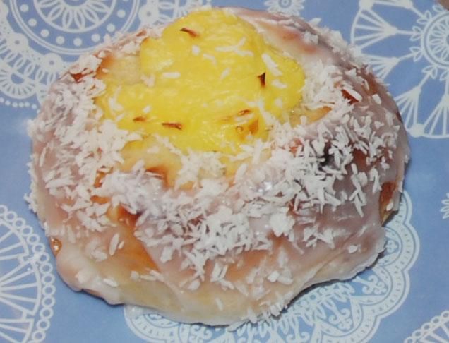 Skoleboller etter oppskrift fra Baker Brun Ingredienser: 6 dl Melk 150 g Smør 1 pk Gjær 1 kg Hvetemel 1½ dl Sukker 1 Egg 1 porsjon Vaniljekrem