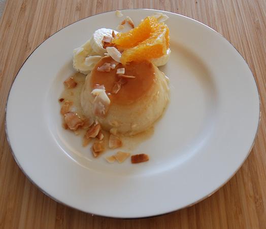 Kokos- og fløtepudding Ingredienser: 125 g Sukker 1 ½ dl Vann 1 bx Kokosmelk (4 dl) 4 Egg 1 s Sukker 1 dl Fløte 1 dl Melk 1-2 ss Kokos (ristet) Banan, appelsin