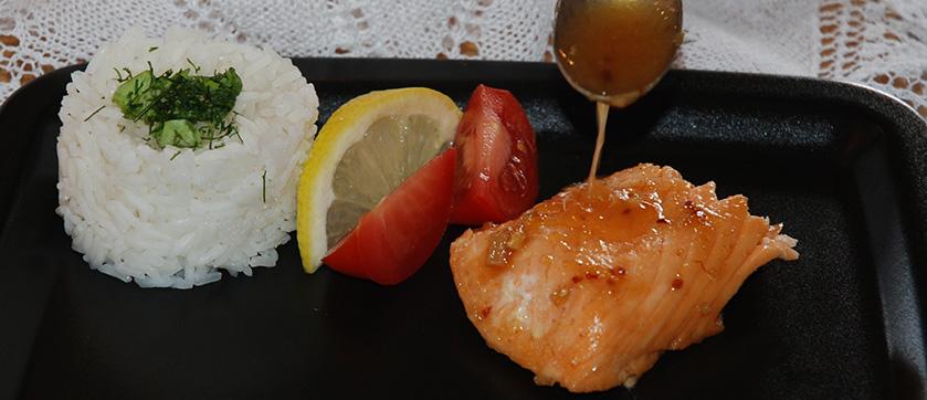 Laks med honning, chili og sitron Ingredienser 1 Lakseside 1 Sitron (saft og skall) ¼ ts Chiliflak 1 ss Honning 2 fedd Hvitløk (hakket) ½ ts Salt 2 ss Smør (kaldt) ¼- ½ ts chipotle chili pulver