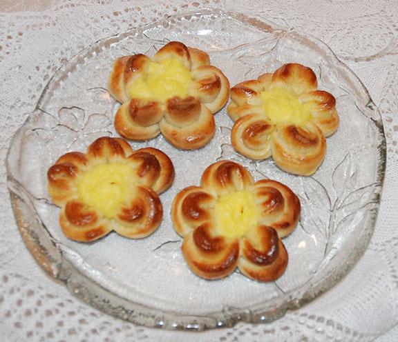 Fire maiblomster på et fat: Ingredienser bolledeig 1 l Hvetemel 1 pk Tørrgjær 1 dl Sukker 1ts Kardemomme 3,5 dl Melk 100 g Margarin