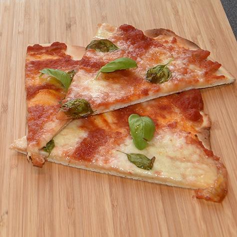 Pizza Margherita Ingredienser - Fyll 1 bx Tomater (hermetiske) 2 fedd Hvitløk (finhakket) 1 ss Olivenolje Basilikum (blader) 2 Mozzarella (skivet) 1 ss Olivenolje (valgfritt)