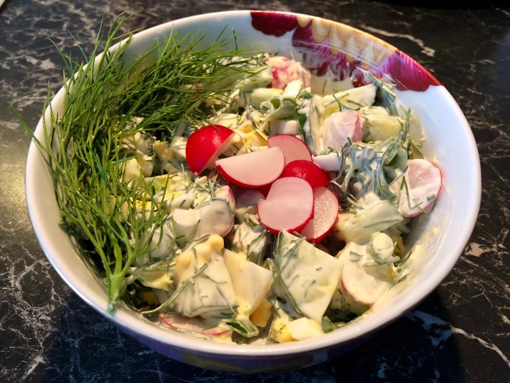 Reddiksalat Ingredienser 15 Reddiker 1 Agurk 2 Hardkokt egg 2 bunter Dill 1 bunt Vårløk 3 ss Rømme 1 s Majones (valgfritt)