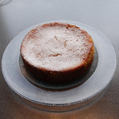 Ricotta- og limekake  Ingredienser:  100 g Smør  150 gSukker 3Egg 1Lime (saft og skall) 150 gHvetemel 2 tsBakepulver 2 tsVaniljesukker  1 bxRicotta (250 g) ½ dlMelk Melis og bringebær  Ingredienser mascarponekrem:  3 dlFløte ½ bxMascarpone (125g) 1 tsVaniljesukker